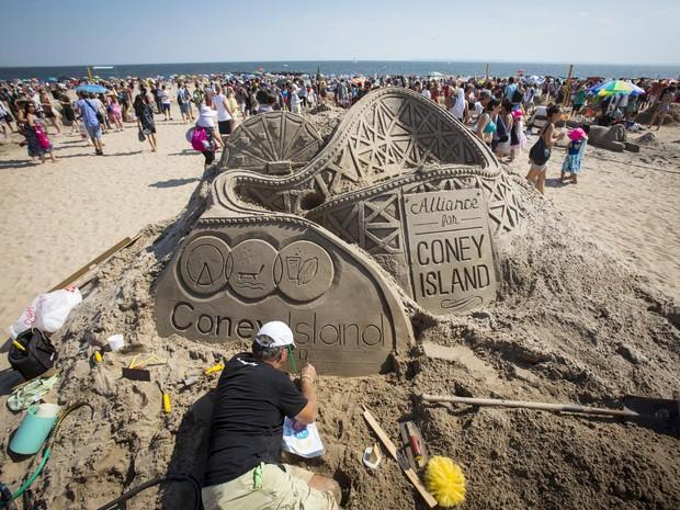 Montanha russa é esculpida em concurso de arte na areia em Nova York, neste sábado (15) (Foto: Reuters/Andrew Kelly)