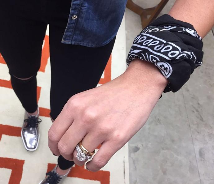 Patrícia Poeta enrolou a bandana no braço e a transformou em uma pulseira (Foto: Gsbi Freitas / Gshow)