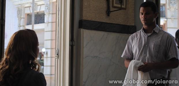 Isaías embarca no papo de Sílvia e fala sobre sua infância na mansão (Foto: Joia Rara/TV Globo)