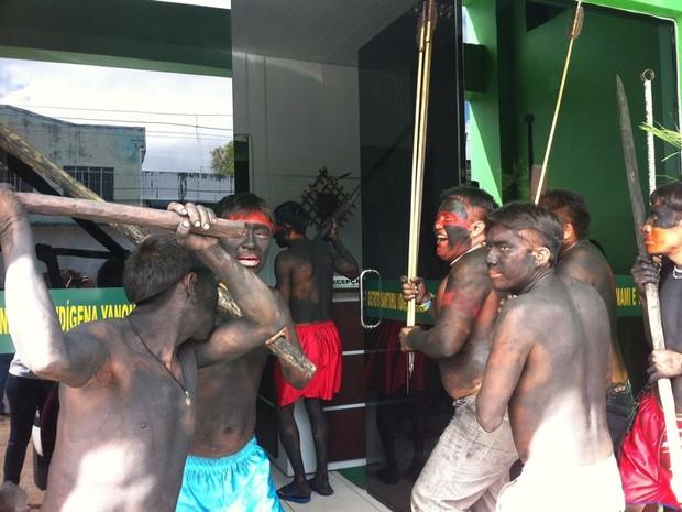 Índios Yanomami ocupam prédio da Sesai na manhã desta segunda-feira (Foto: Emily Costa/G1)