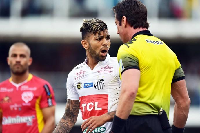 Santos x Audax - Gabriel discute com árbitro Raphael Claus (Foto: Marcos Ribolli)