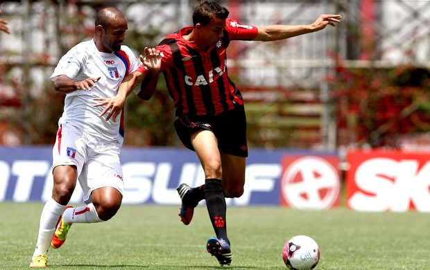 Wellinton Pimenta Guaratinguetá Pedro Botelho Atlético-pr (Foto: Geraldo Bubniak / Agência Estado)