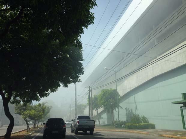Corpo de Bombeiros foi acionado para controlar o fogo (Foto: Antônio Cavalcante/G1)