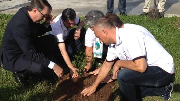 Familiares de vítimas plantam árvore na UFSM (Estêvão Pires/G1)