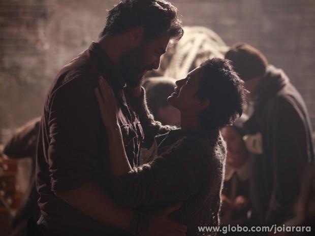 Gaia nem acredita que está de volta aos braços do amado (Foto: Ellen Soares / Tv Globo)