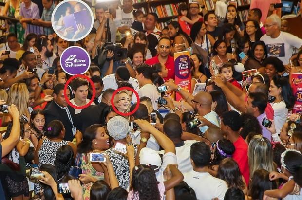 Larissa Manoela e Thomaz Costa em meio a multidão de fãs (Foto: Manuela Scarpa/Brazil News)