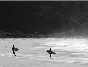 Alejo e Santiago Muniz, irmãos surfistas, entram no mar. Um compete pelo Brasil  o outro pela Argentina (Foto: Reprodução Instagram)