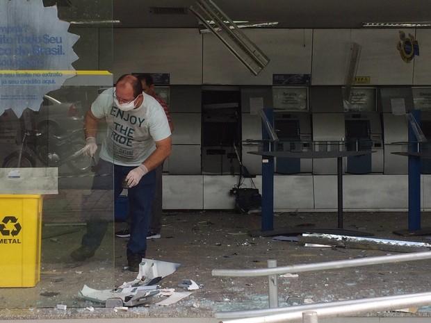 Bandidos explodem agência bancária  (Foto: Aniele Brandão/TV Clube)
