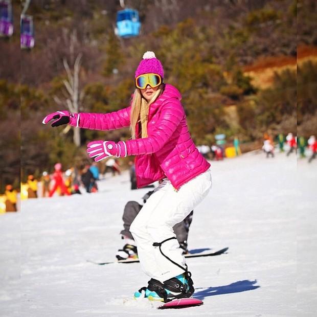 Ex-BBB Aline faz snowboard (Foto: Instagram)