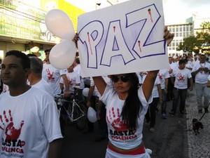 Centenas de pessoas percorreram as ruas do centro pedindo paz. (Foto: Nildo Lopez/TV Gazeta)