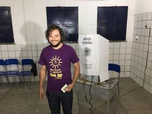 Éverton Diego, candidato do PSOL em local de votação (Foto: Aniele Brandão/TV clube)