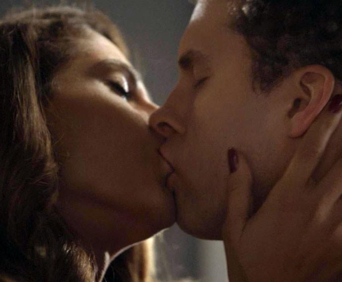 Vini e Regina se beijam (Foto: TV Globo)