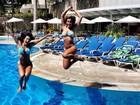 Carla Prata e Robertha Portella curtem piscina e mostram corpão