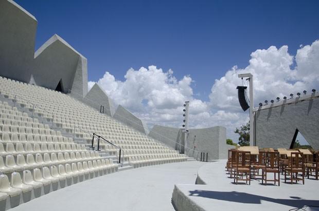 Anfiteatro tem arquitetura moderna e orquestra sinfônica própria (Foto: Divulgação)
