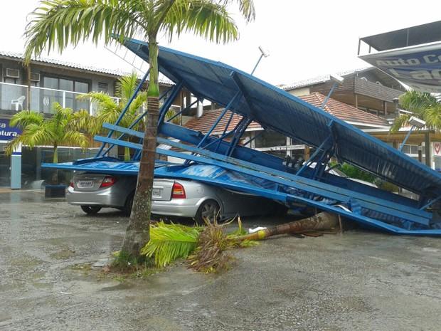 Estrutura caiu sobre carros no Campeche, em Florianópolis (Foto: Luiz Oliveira/RBS TV)