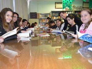 A partir dos estudos na biblioteca, alunos do Ensino Médio decidiram formar um grupo de teatro (Foto: Igor Savenhado/G1)