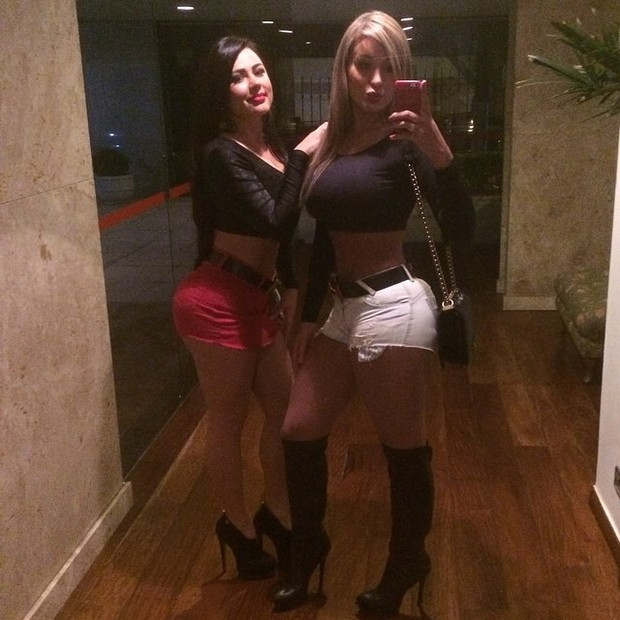 Ao lado de amiga, Andressa Urach mostra look para badalar (Foto: Instagram/ Reprodução)