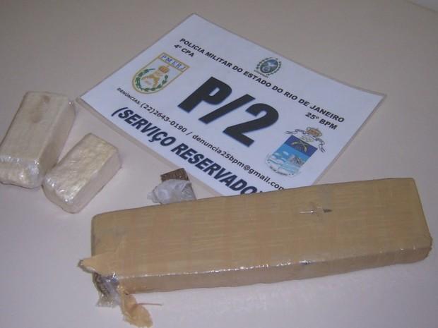 Drogas foram encontradas com homem apontado como chefe do tráfico em Búzios, RJ (Foto: Divulgação/PM)