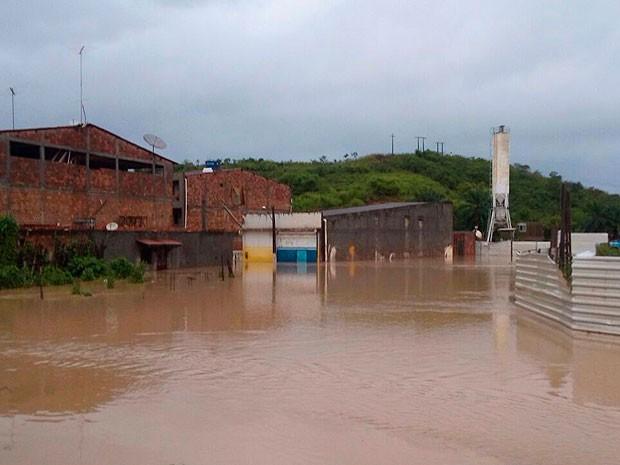 Ruas de Santo Amaro estão alagadas neste sábado (11). (Foto: Magno Araújo/Maru Maru notícias  )
