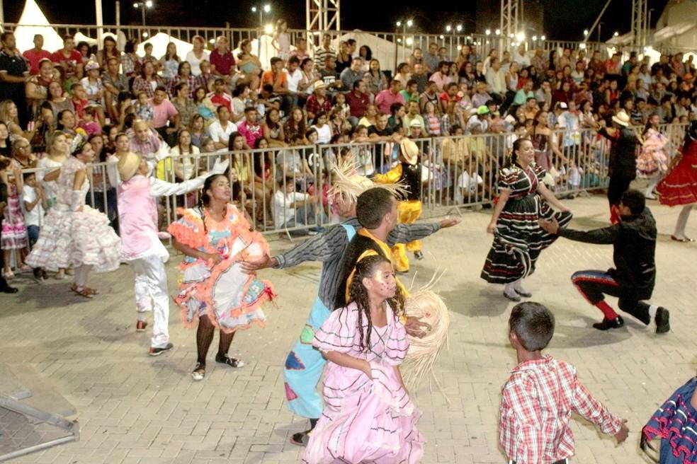 Quarenta quadrilhas juninas se apresentam durante o evento (Foto: Rogério Vital)