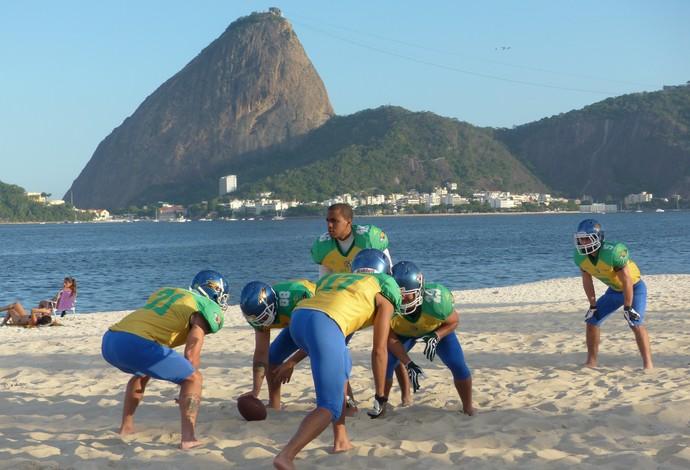 Raiam e companheiros da seleção brasileira de futebol americano em treino na Praia do Flamengo, no Riio de Janeiro (Foto: Carol Fontes)