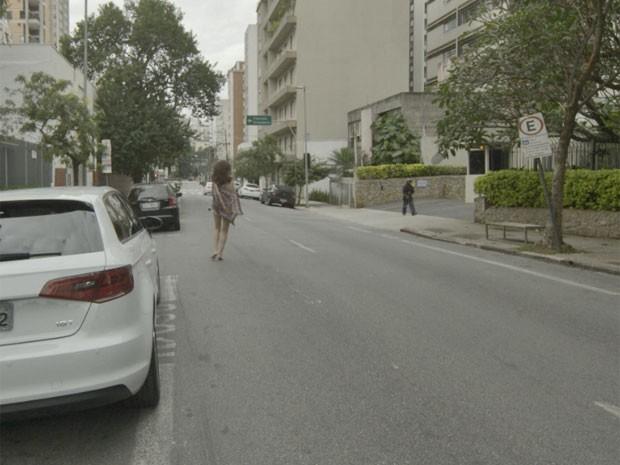 Maria teve que percorrer grande parte da rua sem roupa alguma (Foto: TV Globo)