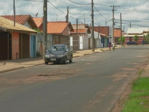Homem que foi achado morto em carro vive no mesmo bairro (Foto: Reprodução/ TV TEM)