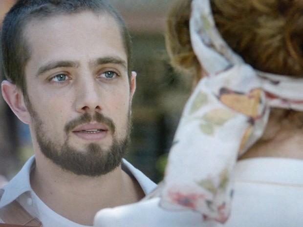 Ex-namorados se encontram por acaso na rua (Foto: TV Globo)