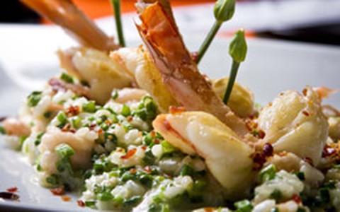 Risoto de camarão com mascarpone, nirá e crisps de presunto de Parma
