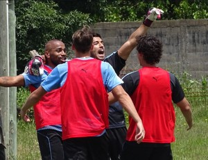 Luis Suárez comemora gol como goleiro do rachão do treino da seleção do Uruguai