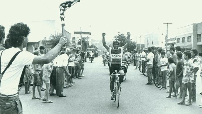 Wanderley Magalhães recebe bandeirada em prova disputada em Goiânia na década de 1980 (Foto: Laílson Duarte / O Popular)