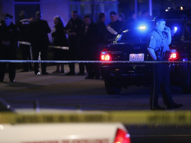Policiais cercam local onde houve um tiroteio na área do MIT, em Boston. (Foto: Mario Tama/Getty Images/AFP)