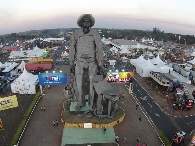 Estátua na entrada do Parque do Peão recebe festeiros para a 59ª Festa de Barretos (Foto: GF Drone/Divulgação)
