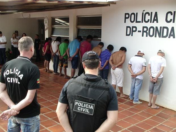 Presos foram levadoa para a delegacia de Rinda Alta antes de irem ao presídio (Foto: Eder Calegari/RBS TV)