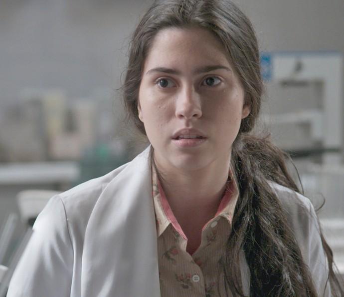 Débora se surpreende ao ver Cassandra no laboratório da Bastille (Foto: TV Globo)