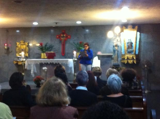 Leiloca lendo o salmo - Missa de 7 dia de Lidoka  (Foto: Ego )