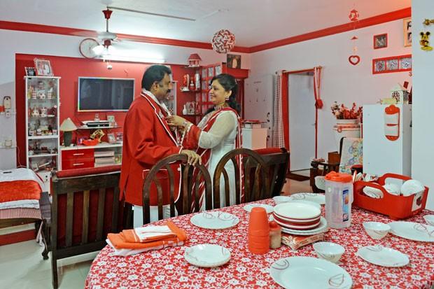 Empresário indiano Sevenraj é fixado nas cores vermelha e branca (Foto: Manjunath Kiran/AFP)