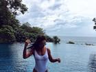 Amanda Djehdian posa de maiô em cenário paradisíaco na Tailândia