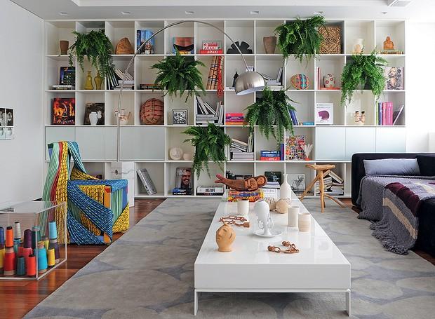 O artesanato está cada vez mais presente no trabalho de vários designers e arquitetos. Se você gosta, exponha na sala ao lado de peças de design, como no projeto de Sidney Quintela. A estante é o móvel perfeito para guardá-las (Foto: Marcelo Magnani/Casa e Jardim)