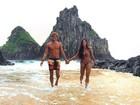 De biquíni, Aline Riscado exibe boa forma ao lado de Felipe Roque