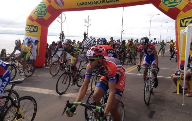 Atletas durante a largada da Corrida Ciclística Antonio Assmar (Foto: Celso Kato/Home Amapá)
