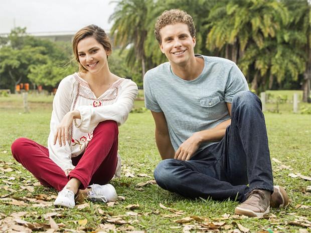Tainá e Thiago posam nos bastidores da gravação (Foto: Felipe Monteiro / Gshow)