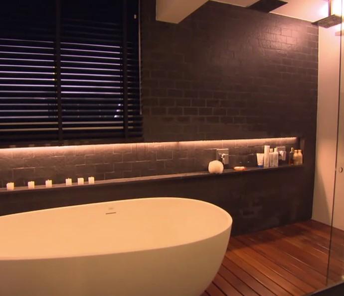 Mariana Santos explica como funciona o banheiro do casal (Foto: TV Globo)