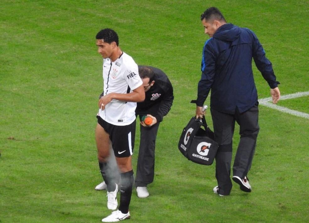 Pablo, recebendo atendimento médico durante o Dérbi (Foto: Bruno Cassucci)