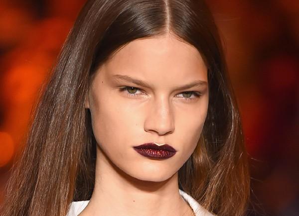 No desfile da DKNY, Pat MacGrath apostou nos lábios escuros e com glitter (Foto: Getty Images)