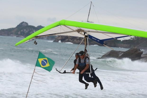 Ludmilla voa de Asa Delta na praia do Pepino em São Conrado, RJ (Foto: Dilson Silva / AgNews)