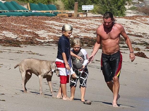 X17 - Gavin Rossdale com os filhos Zuma e Kingston em Malibu, nos Estados Unidos (Foto: X17online/ Agência)