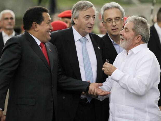 Durante encontro da Unasul (União das Nações Sul-Americanas) em 2010, Néstor Kirchner, que era secretário-geral da organização, conversa com o presidente brasileiro, Luiz Inácio Lula da Silva, e com o presidente venezuelano, Hugo Chávez. (Foto: Ariana Cubillos/AP)