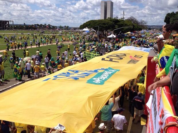 Manifestantes carregam faixa durante caminhada em direção ao Congresso Nacional. (Foto: Henrique Arcoverde / G1)