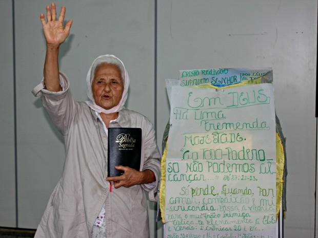 Isaura Lima Lopes com uma bíblia no Aeroporto Internacional Governador Jorge Teixeira em Porto Velho (Foto: Ivanete Damasceno / G1)